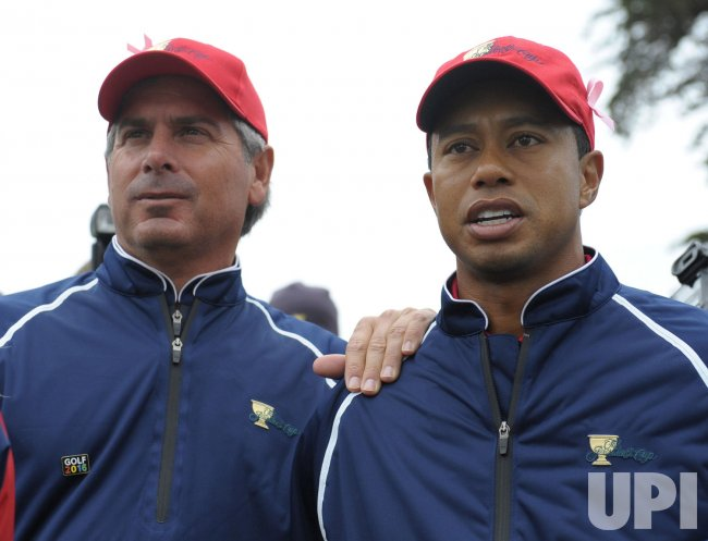 Fred Couples stands with Tiger Woods as the U.S. team wins the 2009 Presidents Cup in San Francisco