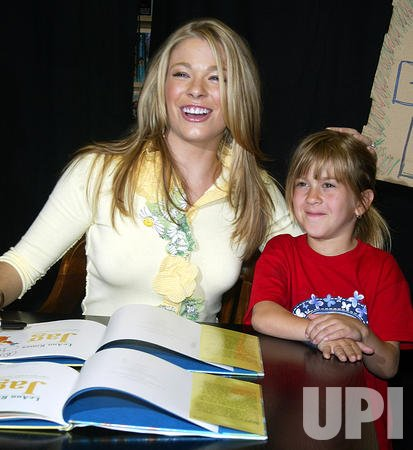 "LeAnn Rimes Booksigning for ""Jag"""