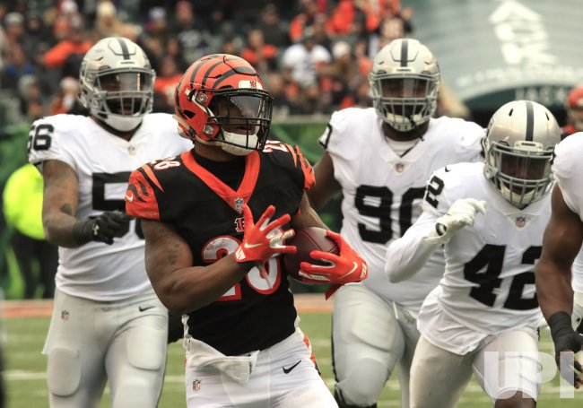 Bengals halfback Joe Mixon runs the football