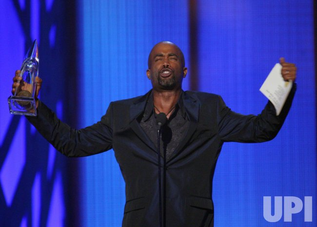 Darius Rucker accepts award at the 43rd Annual CMA Awards in Nashville