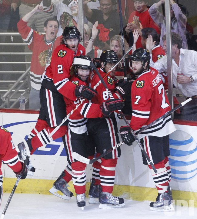 Blackhawks celebrate Hossa goal during the 2010 Stanley Cup Final against Flyers