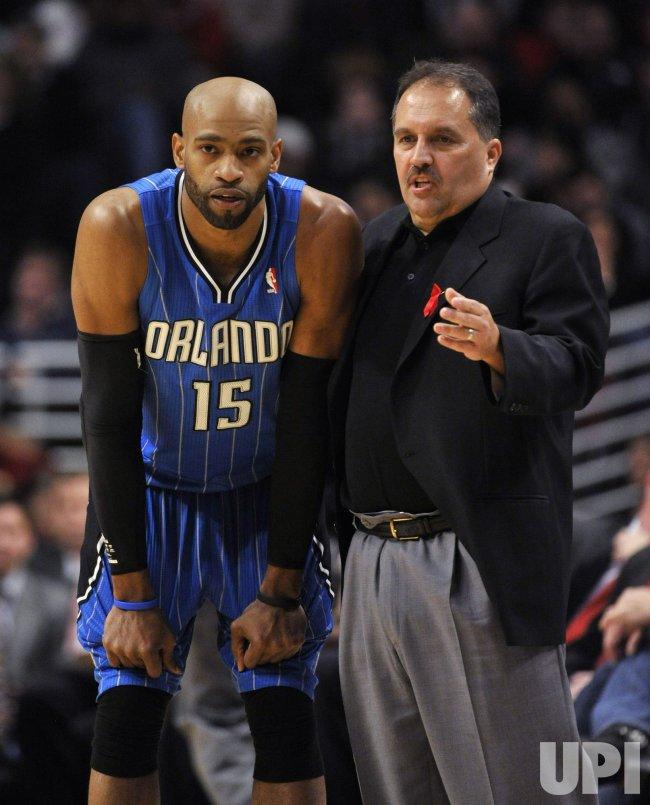 Magic coach Van Gundy talks with Magics Carter in Chicago