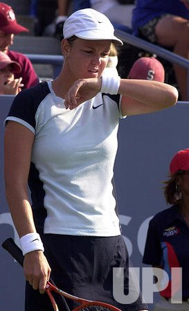 Lindsay Davenport advances at the 2002 US Open