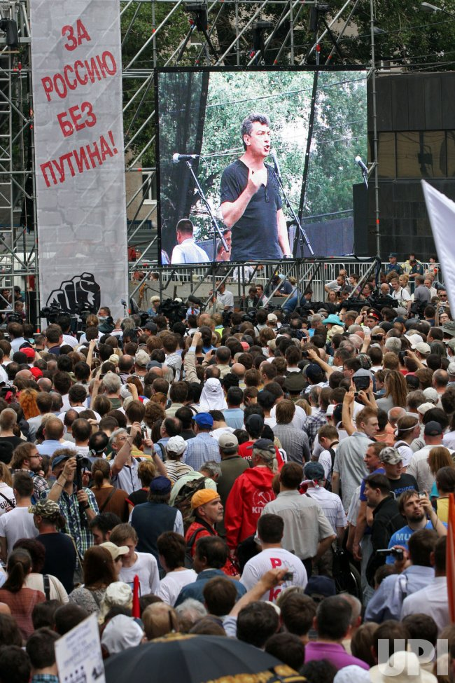 Thousands Demonstrate Against Putin in Moscow