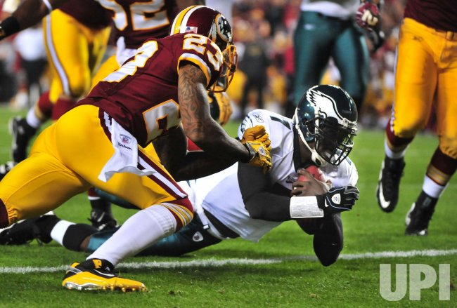 Eagles quarterback Michael Vick rushes for a touchdown in Washington