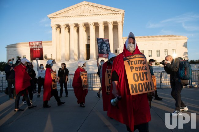 Protesters rally for and agaisnt Judge Barrett at the Supreme Court