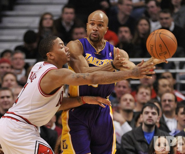 Lakers Fisher passes as Bulls Rose defends in Chicago