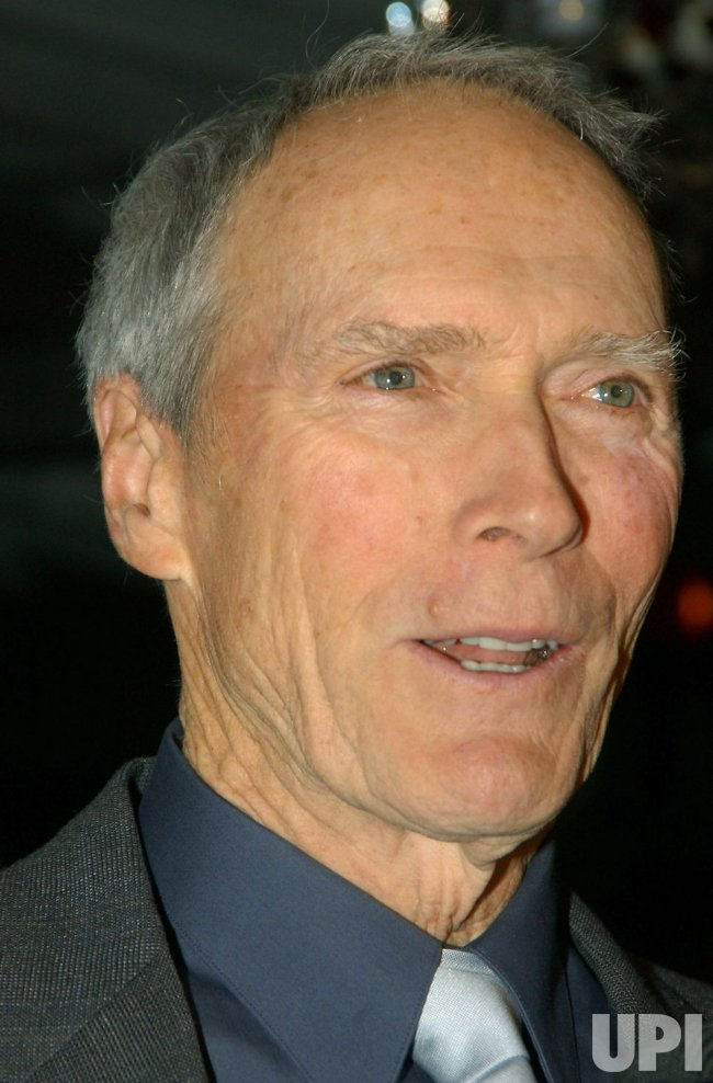 CLINT EASTWOOD ATTENDS THE NATIONAL BOARD OF REVIEW 2004 AWARDS GALA
