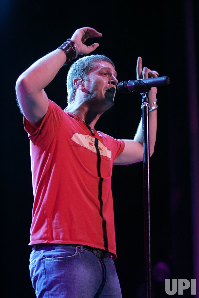 ROB THOMAS PERFORMS IN CONCERT