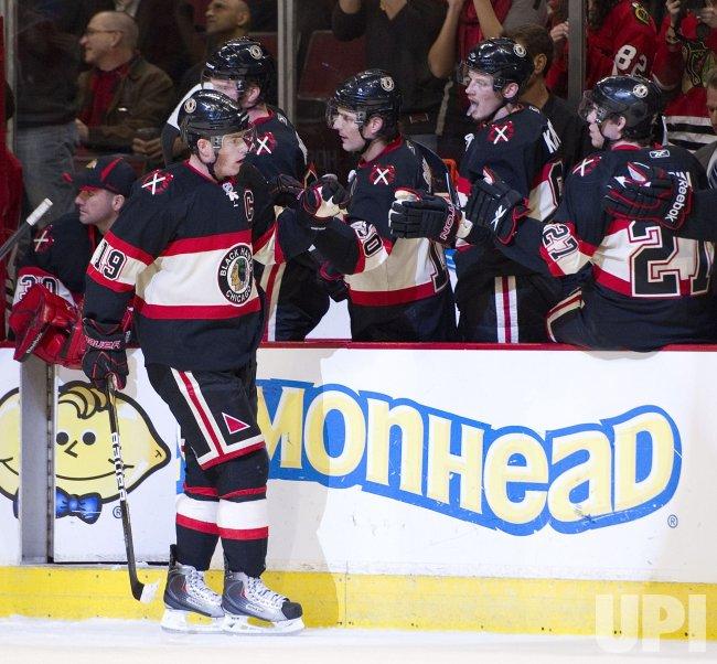Blackhawks Toews scores against Stars in Chicago