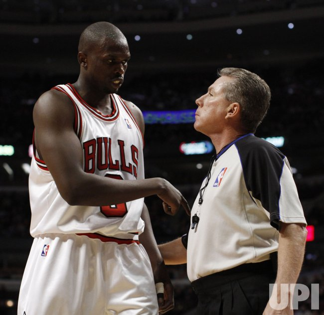 Bulls' Deng talks with referee against Knicks in Chicago