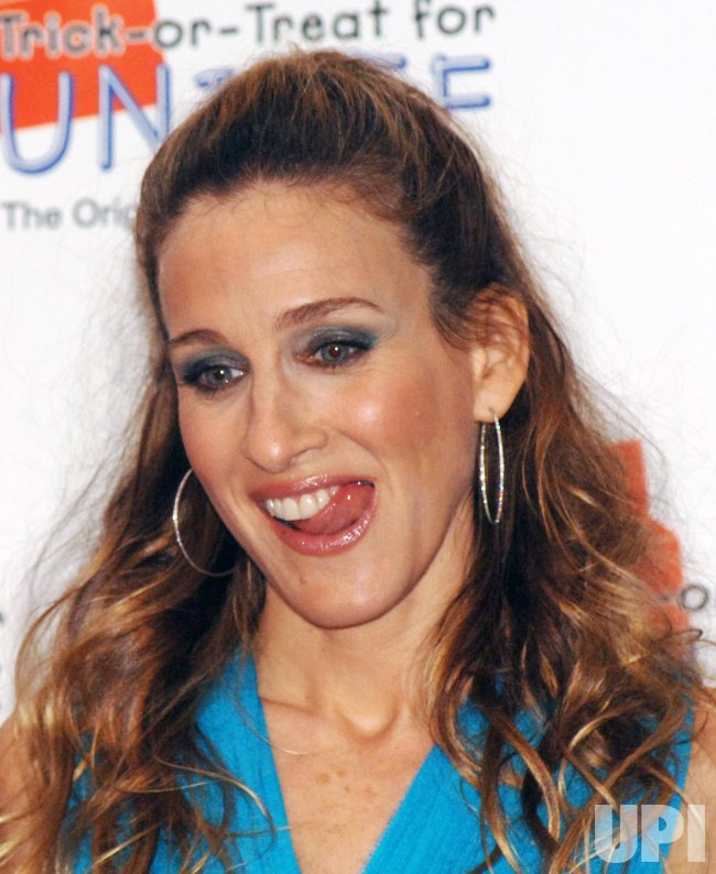 SARAH JESSICA PARKER INSTRUCTS KIDS ON HALLOWEEN