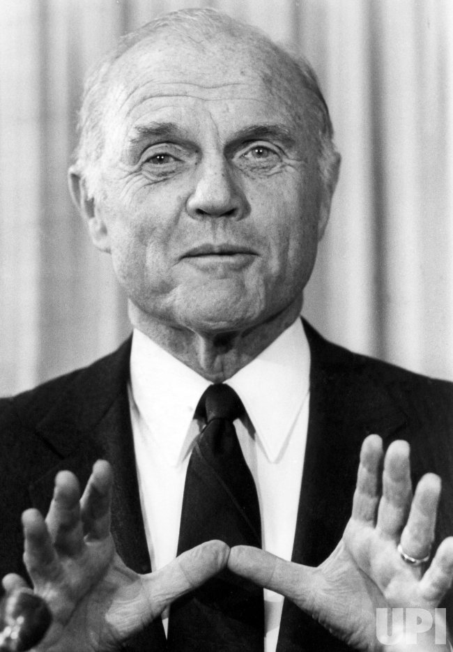 JOHN GLENN ANSWERING QUESTIONS AT A PRESS CONFERENCE