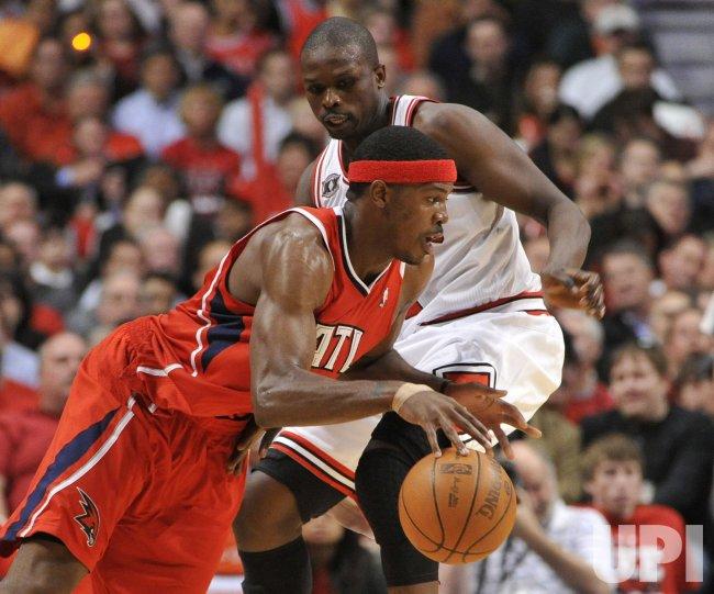 Hawks Johnson drives on Bulls Deng in Chicago