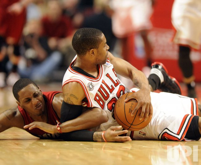 Heat's Chalmers and Bulls' Watson go for ball in Chicago
