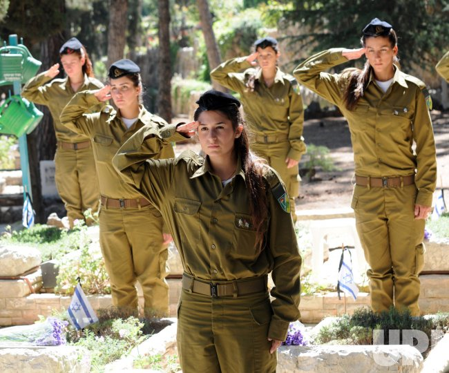 Israeli Soldiers Prepare Cemetery For Memorial Day