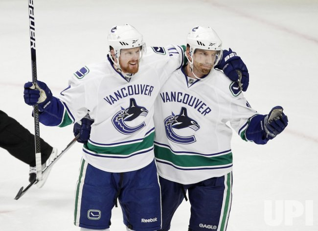 Canucks Sedin and Samuelsson celebrate goal in Chicago