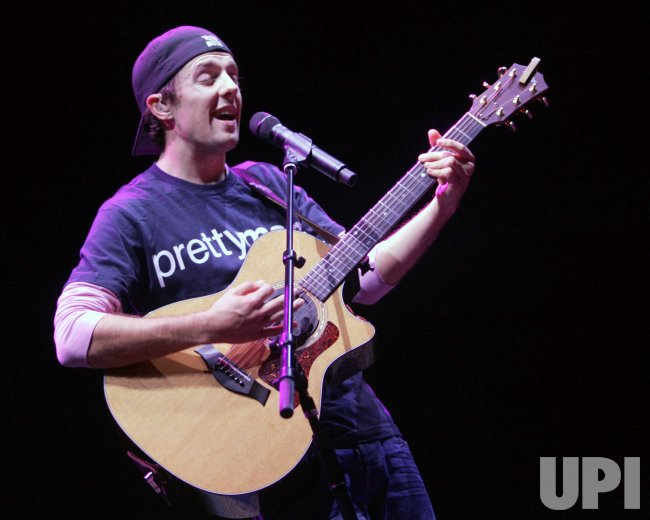 JASON MRAZ PERFORMS IN CONCERT