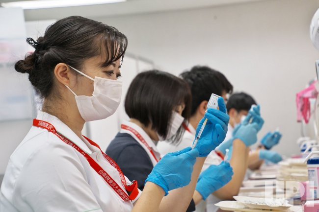 Large-Scale Vaccination Centers Start Inoculating People Aged Under 64 in Japan