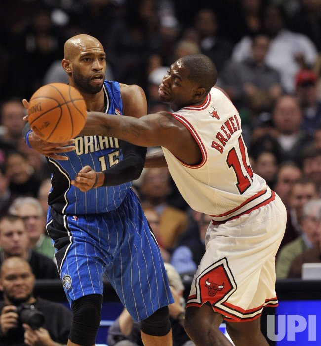 Magics Carter passes around Bulls Brewer in Chicago