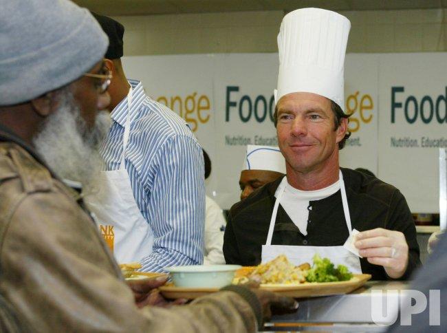 DENNIS QUAID AND KNICKS AT FOOD BANK