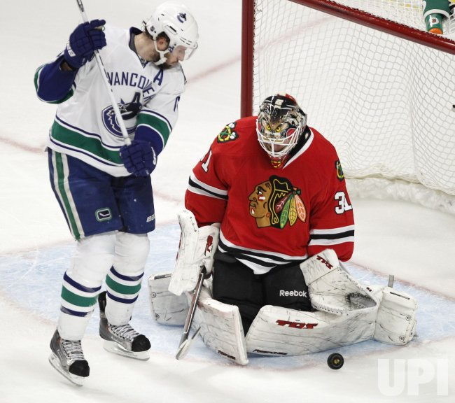 Canucks Kessler screens Blackhawks Niemi in Chicago