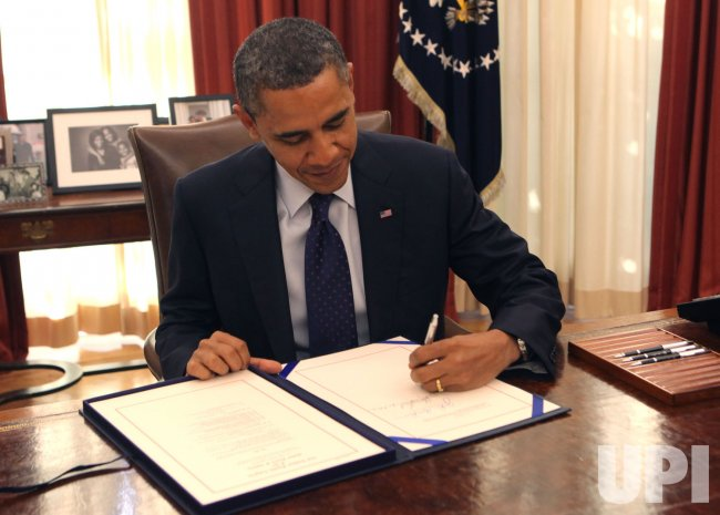 Obama signs payroll tax cut extensions in Washington