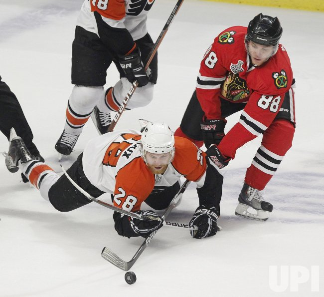Blackhawks Kane and Flyers Giroux battle for puck during the 2010 Stanley Cup Final