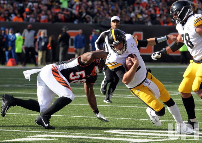 teelers quarterback Mason Rudolph runs under pressure