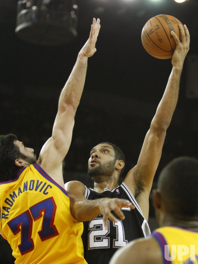 San Antonio Spurs Tim Duncan shoots in Oakland, California