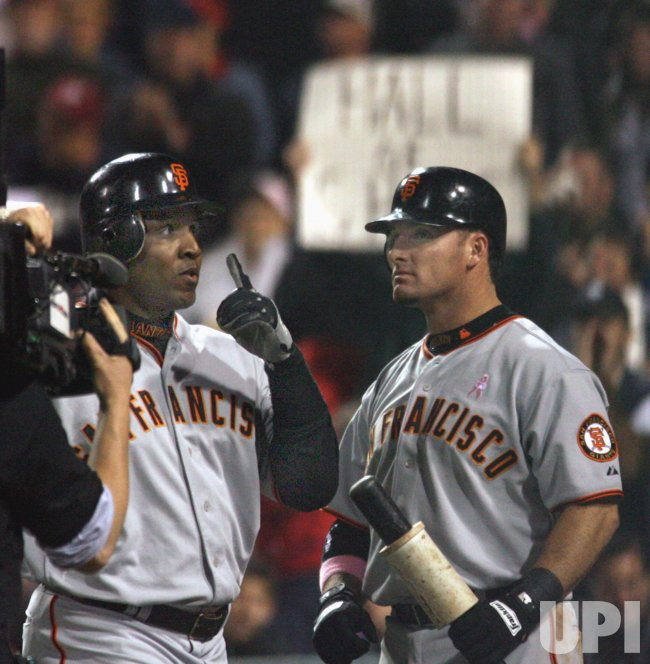 BARRY BONDS GESTURES AFTER HITTING NUMBER 713