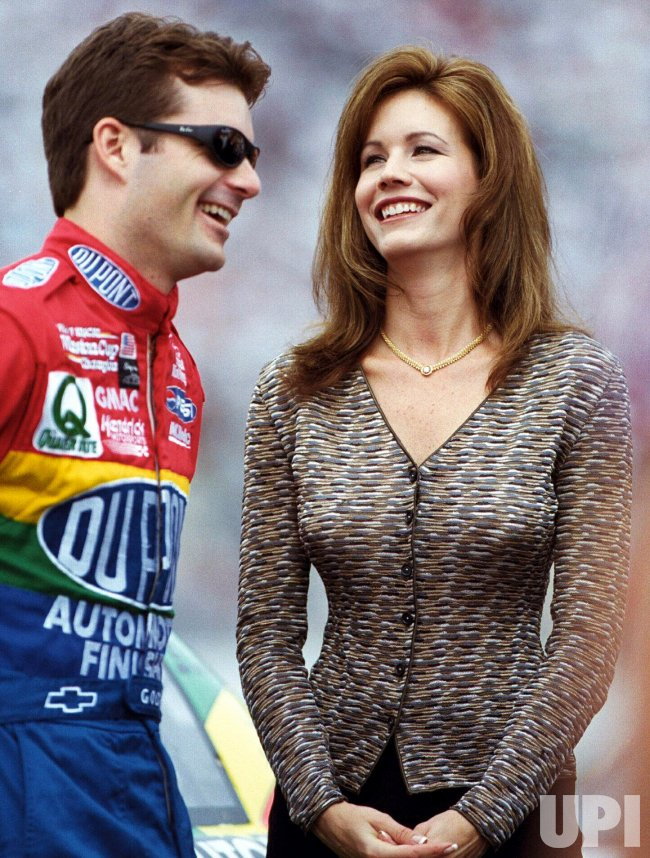 Jeff Gordon And His Wife Brooke Share A Lighter Moment Just Prior To The Nascar Uaw Gm Quality 500 Upi Com