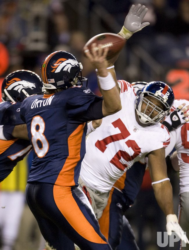 Giants Umenyiora Pressures Broncos QB Orton in Denver