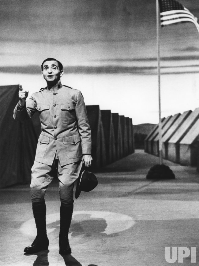 "Irving Berlin sings ""Oh, how I hate to get up in the morning"" in 1943"