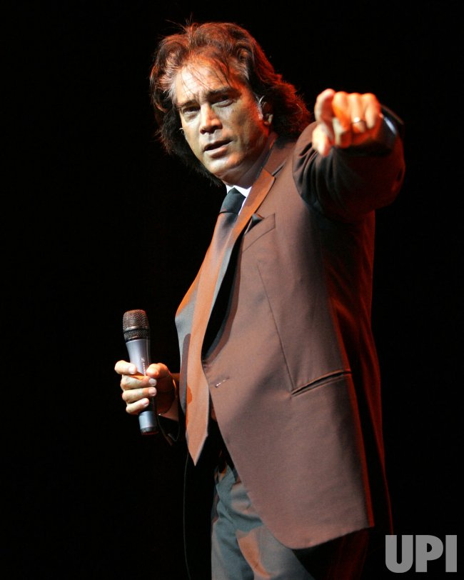 JOSE LUIS RODRIGUEZ PERFORMS IN CONCERT