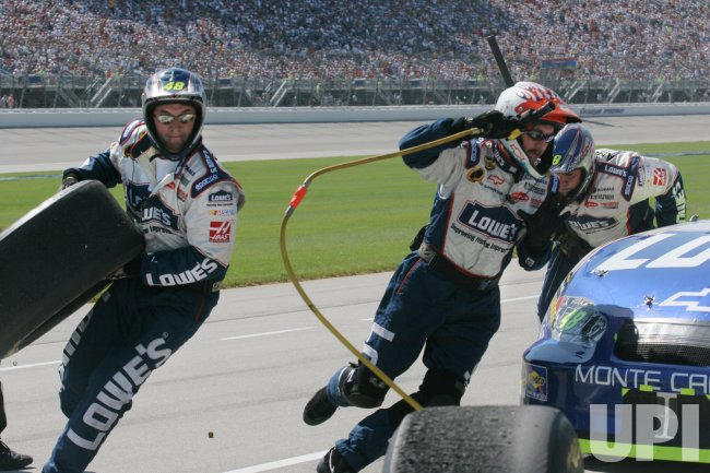 JIMMIE JOHNSON PIT CREW WORKS DURING USG SHEETROCK 400