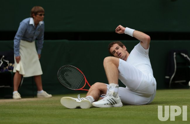 Andy Murray falls in his match with Fernando Verdasco