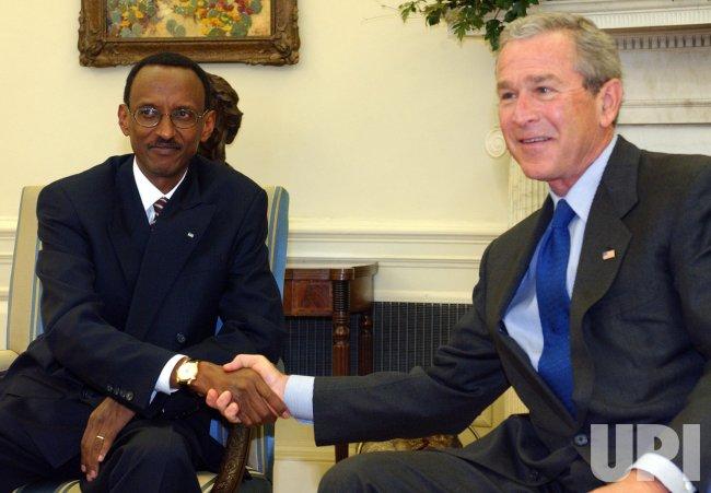 BUSH MEETS WITH RWANADA'S KAGAME