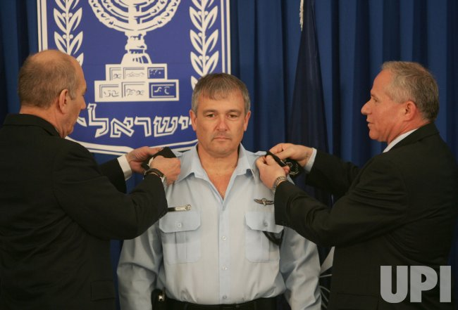 ISRAELI PM OLMERT SWEARS IN NEW POLICE COMMISSIONER IN JERUSALEM