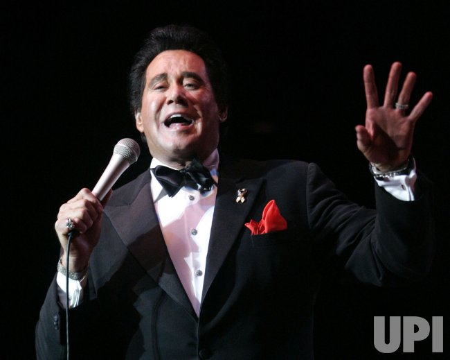 WAYNE NEWTON PERFORMS IN CONCERT