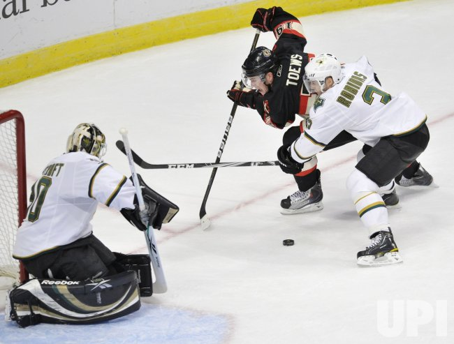 Blackhawks Toews tries to score against Stars in Chicago