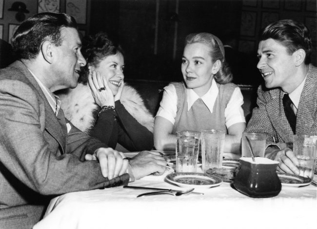 RONALD REAGAN AND JANE WYMAN DINING WITH GEORGE BURNS AND GRACIE ALLEN