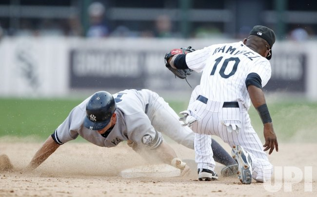 Yankees Gardner steals second against White Sox in Chicago
