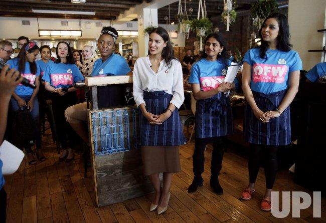 Alexandria Ocasio Cortez Bartends In New York Upi Com