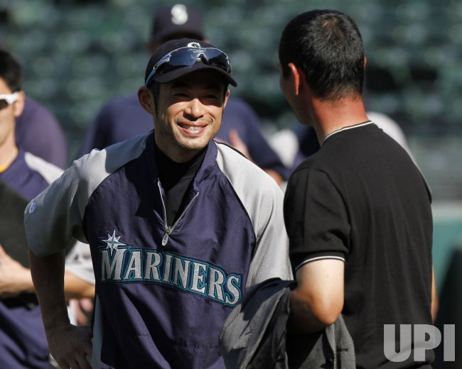Seattle Mariners Ichiro Suzuki (L) talks to former Pittsburgh Pirates pitcher Masumi Kuwata before a MLB American League baseball game against the Oakland Athletics in Oakland, California