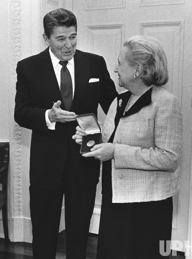 Presdeitn Reagan present a posthumous Congressional medal for Harry S. Truman to his daughter Margaret Truman Daniel