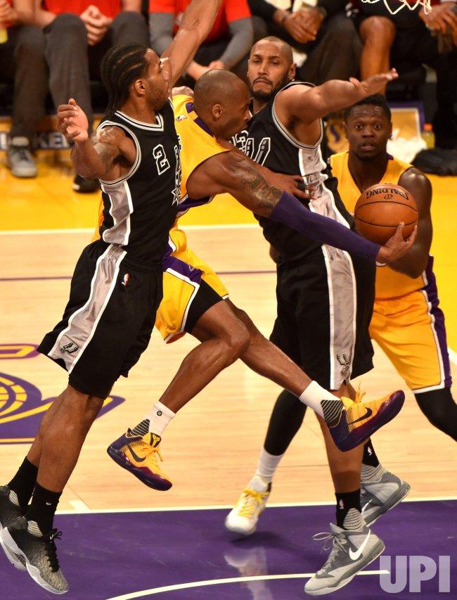 Lakers Kobe Bryant passes ball to Julius Randle against Spurs
