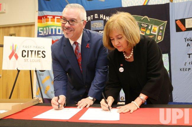 St. Louis Mayor Krewson signs Paris Declaration on Fast-Track Cities