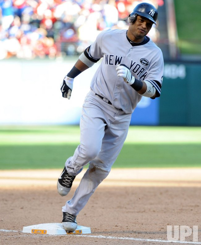 New York Yankees Robinson Cano rounds third base