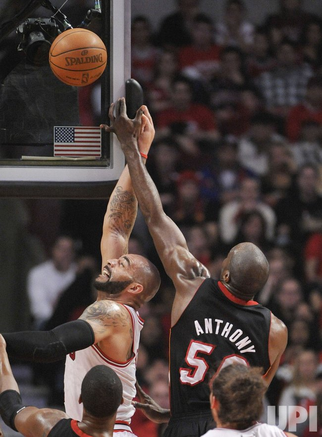 Heat's Anthony blocks Bulls' Boozer's shot in Chicago